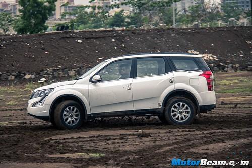 2015-Mahindra-XUV500-14