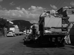 Trabajadores de un deposito de reciclado. (Xic Eseyosoyese (Juan Antonio)) Tags: trabajadores de un deposito reciclado operador montacargas y chalan acomodando las basura trailer camin torton tarde calurosa nikon coolpix s33 monocromtico