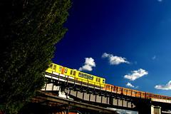 U Gleisdreieck (M. Schirmer Berlin) Tags: berlin ubahn hochbahn metro u2 gi gisela gelb orange viadukt gleisdreieck sonne schneberg park bvg brcke kreuzberg himmel