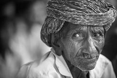 Inde: les Rabari du Rajasthan. (claude gourlay) Tags: inde india asie asia indedunord northindia claudegourlay portrait retrato ritratti people face turban rajasthan jojawar bw nb blackandwhite noiretblanc