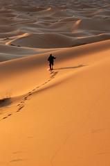 Huellas, sombras, luz....juegos en la arena. (Victoria.....a secas.) Tags: desert dunes explore desierto marruecos dunas sáhara