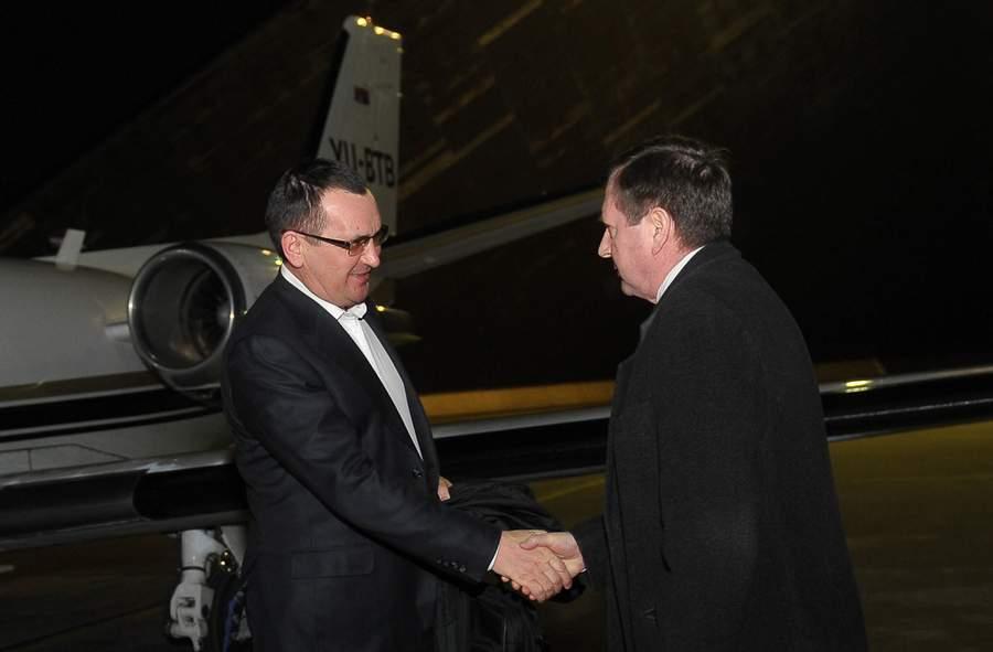 Министр на фоне самолёта, фото с официального сайта Минсельхоза