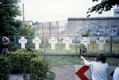 Berlin13-BerlinWall&Memorial-Sep85 (ArgyleMJH) Tags: germany berlin 1985 berlinwall gdr ddr coldwar whitecrosses memorial victims berlinermauer
