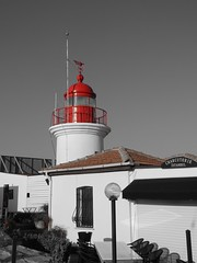 Der Rote Leuchtturm / The Red Lighthouse (TitusT1960) Tags: holiday urlaub rot blackwhite schwarzundweis bw lighthouse leuchtturm