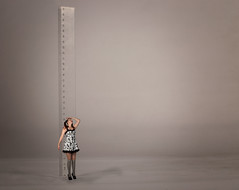 Growing up (Rand0mmehere) Tags: fs161023 tredjedelsregeln fotosondag linnea albrechtsson rand0mmehere girl small little ruler measure rule thirds dress thumbelina grey greybackground numbers