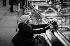 Symétrie - La poupée (2) (LACPIXEL) Tags: symétrie symmetry simetría bonnet gorro woollyhat poupée doll muñeca paris beaubourg fontaine fuente fountain stravinsky capitale place france street rue calle urbain urban urbano ville town ciudad extérieur exterior outside noiretblanc blackandwhite blancoynegro monochrome femme woman mujer fuji fujifilm xt2 fujinon flickr lacpixel