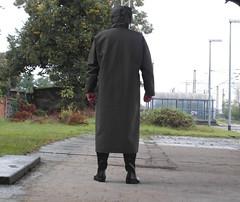 Yesterday morning at the railway station (zeesenboot) Tags: hunter raincoat wellies rainwear gummistiefel gumboots raingear rainboots impermable regenmantel guycotten bottesdepluie regenkleidung regnklder gumicsizma bottesdecaoutchouc regnfrakker  holinkygumov