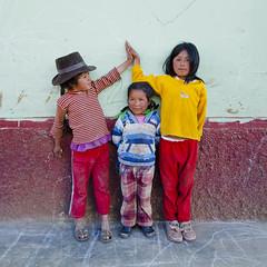 (El grito lquido) Tags: color juegos nios per sierra retratos andes pequeos peruviangirls andahuaylas apurmac huinchos