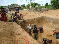 "Mozambique: Digging a cistern • <a style=""font-size:0.8em;"" href=""http://www.flickr.com/photos/109980257@N03/11208152516/"" target=""_blank"">View on Flickr</a>"