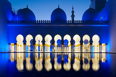 Abu Dhabi Blue Hour - Grand Mosque (2) (Karsten Gieselmann) Tags: 714mmf28 abudhabi architektur asien blau blauestunde em5markii elemente farbe gebäude gelb gold hotel langzeitbelichtung licht mzuiko microfourthirds natur olympus reise sakralbauten sheikhzayedgrandmosque vae wasser architecture blue building color elements golden kgiesel light longexposure m43 mft nature travel water yellow