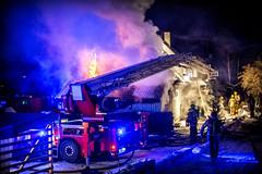 lmh-rundtjernveien131 (oslobrannogredning) Tags: bygningsbrann brann brannvesenet brannmannskaper slokkeinnsats brannslokking brannslukking stigebil lift høydemateriell arbeidihøyden arbeidpåtak taksikring hulltaking brannlift