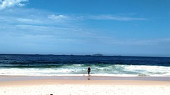 imensidão (luyunes) Tags: leme praia mar sol solidão beleza riodejaneiro motomaxx luciayunes