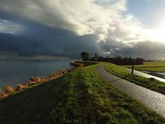 Hollands licht (Ger Veuger) Tags: landschap landscape hollandslicht dutchlight noordholland noordhollandslandschap dutchlandscape waterland uitdam uitdammerzeedijk dijk dike wolken clouds weer markermeer weather