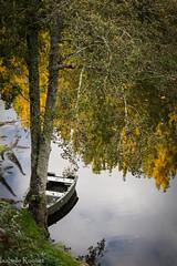 Dans le Lot... (Isabelle Roquet) Tags: rivire river barque automne autumn calme paisible tranquillit quiet artistique art composition nikon d3200 arbres trees nature reflets reflects