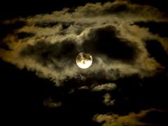 Sper Luna entre las nubes (Ivn.Gnell) Tags: sper super moon luna cielo sky nubes clouds oscuridad darkness noche nocturno night nocturne negro black cmara camera fujifilm finepix f550exr digital brillante bright exterior astronoma astronomy autofocus