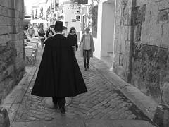 Capa cordobesa y sombrero cordobés, Córdoba, Andalucía, Spain (Angel Talansky) Tags: cordoba andalucia spain turismo sombrero capa cordobés capacordobesa sombrerocordobes juderia puerta puertadealmodovar ciudad city