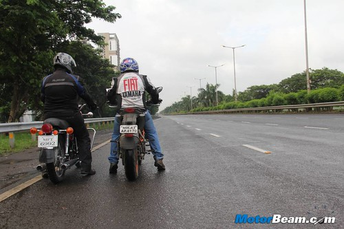 KTM-Duke-390-vs-Yamaha-RD350-03