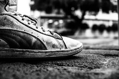 Manteniendo los pies en la tierra!!! (El Richie Garcia) Tags: blackandwhite mexico nikon shoes tenis puma blanconegro 2014 nikond5300