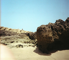(Alexander Graeff) Tags: marroco leica mini 2 analoug analog film 35mm noise beach strand marocco sky sand dust people outdoor himmel fishing boat cove cave rock essouria fishers fisher work