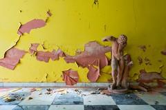 Il paradiso brucia (www.nicolabertellotti.com) Tags: urbex decay decadenza abbandono abbandonato abbandonata abandoned forgotten ruin ruins rovina rovine statua statue yellow giallo
