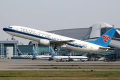 China Southern Airlines, Boeing 737-800, B-5195, Guangzhou Baiyun (Dennis HKG) Tags: guangzhou plane canon airplane airport aircraft can 1d cz boeing baiyun 737 csn planespotting 737800 boeing737800 boeing737 100400 chinasouthern skyteam zggg b5195