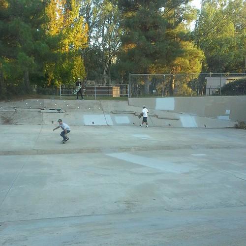 Brad Edward's Sergio yuppie Sergio Jr Escondido skatepark @bored2board  @sergioyuppie  @sergiojr  #minimalism #ditchday #skateboard #skateboarding #jesseparker