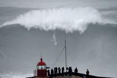 Αψηφώντας τον κίνδυνο, ο σέρφερ Carlos Burle, καβαλά ένα τεράστιο κύμα στην παραλία του Ναζάρε στην Πορτογαλία (πηγή: Francisco Leong—AFP/Getty Images)