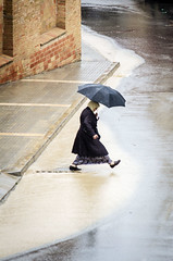 Saltando el charco (Markus' Sperling) Tags: woman charco bassal toll pluja rain lluvia paragas tormenta tempesta xafec
