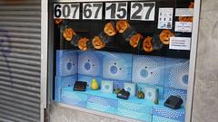 27-10-15a 049 (Jusotil_1943) Tags: 271015a numeros telefono persiana escaparate mascaras calabazas circulos azules