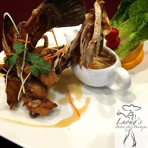 ปลากระพงทอดนํ้าปลา  #jomtien #jomtienbeach #laongs #bistro #fusionfood #อาหารไทย