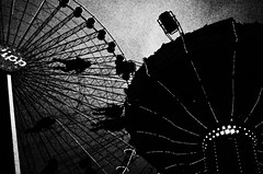 (formwandlah) Tags: kaiserslautern kettenkarussell jahrmakrt kerwe vergngungsmarkt riesenrad street photography streetphotography silhouette silhouettes silhouetten dark mysteris mysterious strange skary gloomy melancholic melancholisch noir urban candid city abstrakt abstract skurril bizarr sureal dunkel darkness light bw blackwhite black white sw monochrom high contrast ricoh gr pentax formwandlah thorsten prinz einfarbig surreal schwarzer hintergrund grain grainy ferris wheel