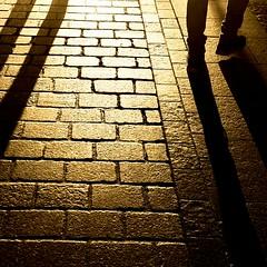 Chi viaggia con le scarpe d'oro, pu arrivare sino alla fine del mondo. (carlini.sonia) Tags: sonia polonia cracovia europa uomo piedi scarpe tramonto oro camminare