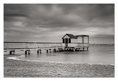 la caseta b/n (EXPLORER 2-OCTUBRE-2013) (natalia martinez) Tags: blanco mar casa negro arena cielo nataliamartinez