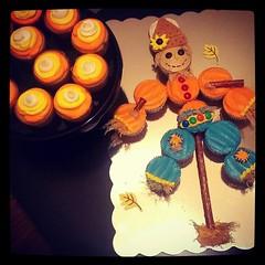Scarecrow cupcakes, Pittsburgh, PA, www.birthdaycakes4free.com