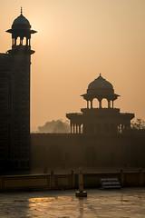 Lever de soleil sur porte est du Taj Mahal