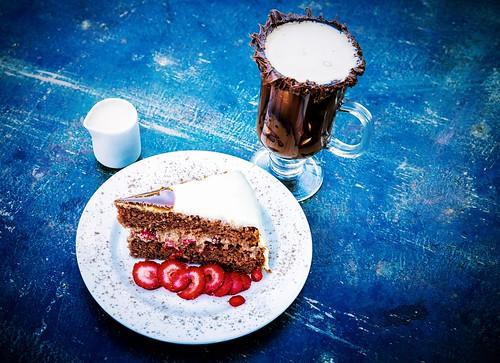 Torta Crime Perfeito:  chocolate com morango e cobertura de leite condensado. No café & prosa.