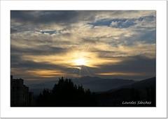 Un nuevo da (Lourdes S.C.) Tags: paisaje amanecer nubes cielo rayosdesol contraluz provinciadejan