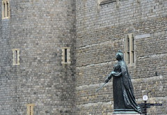 wall and the queen (Hayashina) Tags: windsor england castle wall statue queen hww