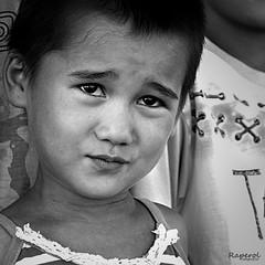 Posado niño Uzbeco (raperol) Tags: retrato portrait posado airelibre mirada niño bn blancoynegro rostro cara 2013 50d
