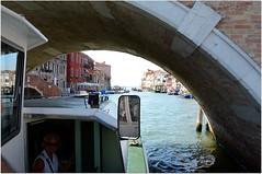 D'ailleurs, ici, on passe dessous (Barbara DALMAZZO-TEMPEL) Tags: venice italy italia venise venezia italie 52 vaporetto trearchi canalcannaregio