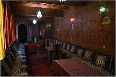Sa cour ombrage et son dambulatoire chaleureux nous font un bienfaisant accueil. (Barbara DALMAZZO-TEMPEL) Tags: village south morocco maroc ksar sud riad kasbah valledesroses bouthrarar