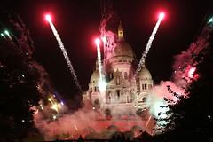 Βεγγαλικά και πυροτεχνήματα φωτίζουν τον ουρανό της Μονμάρτης στο Παρίσι, όπου στις 12 Οκτωβρίου, κοντά στη Βασιλική της Sacre-Coeur, γιορτάστηκε το 80ο Φεστιβάλ Κρασιού (πηγή: Francois Guillot—AFP/Getty Images)
