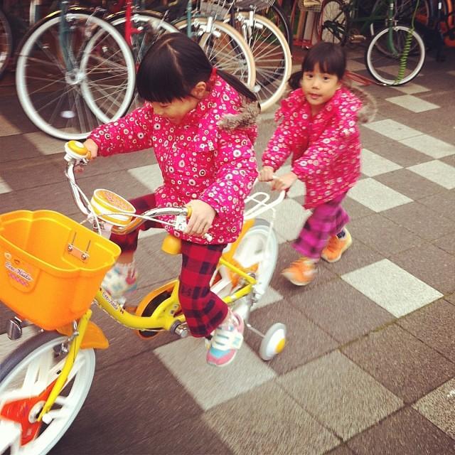 本日のお客様☆イッパイ乗りたい双子姉妹ちゃん♪交代しあって乗ってます! #eirin #エコキッズカラフル #ブリヂストン #双子姉妹 #お客様紹介