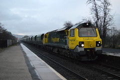 70003 in torrential rain passes through Bamford station with a Drax to Tunstead working, 9th Jan 2014. (Dave Wragg) Tags: train diesel derbyshire railway loco locomotive freightliner bamford 70003 class70 hopevalleyline