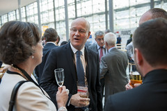 Hans Brändström discussing with the guests at the cocktail reception