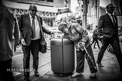 HML05556 (H.M.Lentalk) Tags: leica m typ 240 summilux summiluxm 28mm 28 f14 14 114 11428 oz aussie australia australian street sydney black white people urban life city asph