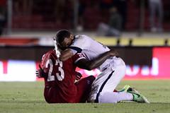 Το μεγαλείο της ανθρώπινης ψυχής είναι πάντα πιο δυνατό. Ο Αμερικανός ποδοσφαιριστής, Τέρενς Μπόιντ, αγκαλιάζει τον απαρηγόρητο παίκτη του Παναμά, Φελίπε Μπαλόι, μετά τον αποκλεισμό της ομάδας του από τα προκριματικά του Μουντιάλ 2014 (πηγή: AP)