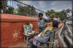 # 20/2013 - Rajasthan - India (celestino2011) Tags: people strada hdr rajasthan rasoio riflesso barbier spettatori