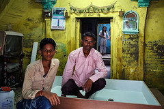 Yellow room - Maheshwar, India (Maciej Dakowicz) Tags: asia india maheshwar city people house interior yellow portrait
