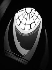 """""""Die Simplizität des Oval"""" (pix-4-2-day) Tags: wendeltreppe spiral staircase stairs oval schwarzweis blackandwhite black white contrast kontrast geländer railing rosette fensterrosette rosewindow goethe nationalmuseum weimar germany deutschland güntherfischer pix42day stairway"""
